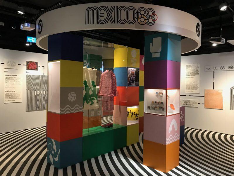 """Ansicht aus der Ausstellung """"Exploring the Look of the Games"""" im Olympischen Museum, Lausanne, die Exponate zu den Olympischen Spielen von Mexiko Stadt, 1968 zeigen."""